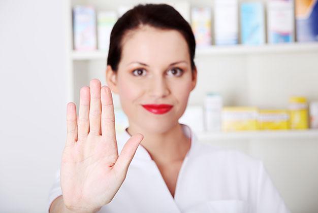 Kvinna håller upp handen