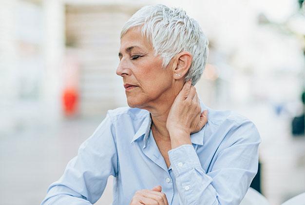 Äldre kvinna sjuk