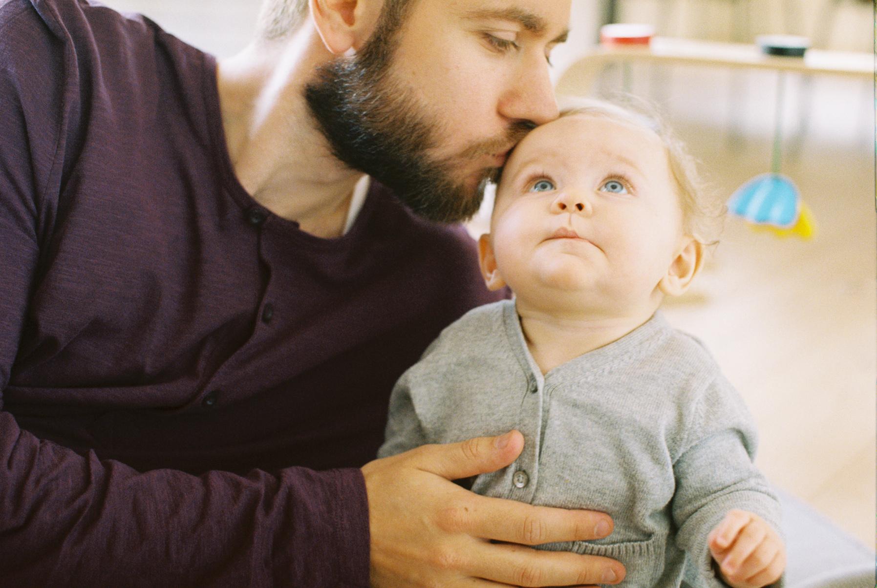 Pappa pussar barn på pannan