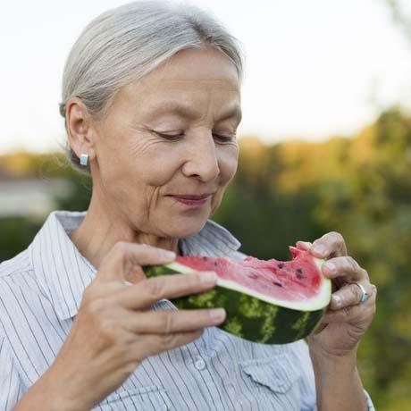 Kvinna äter vattenmelon